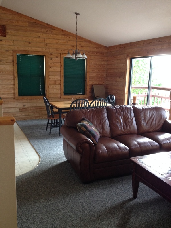Lng poco risco 39 s lakefront log home rentals for Living room upstairs